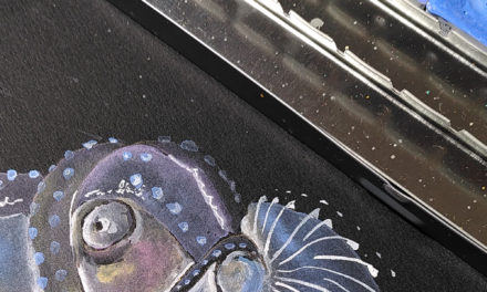 Ein Papierboot auf schwarzem Aquarellpapier